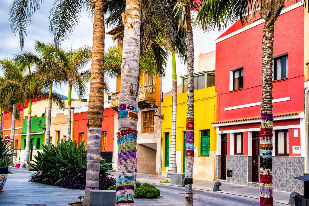 Ulraub-Fewo_0006_Colourful-houses-and-palm-trees-on-street-in-Puerto-de-la-Cruz-town-Tenerife-Canary-Islands-Spain